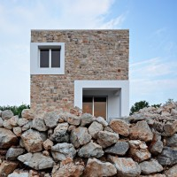 Trei case mici placate cu piatra