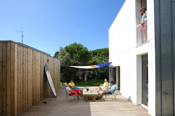 54a34978e58ecef97e00000d_2-en-1-intergenerational-house-tica-architecture_2en1_patio