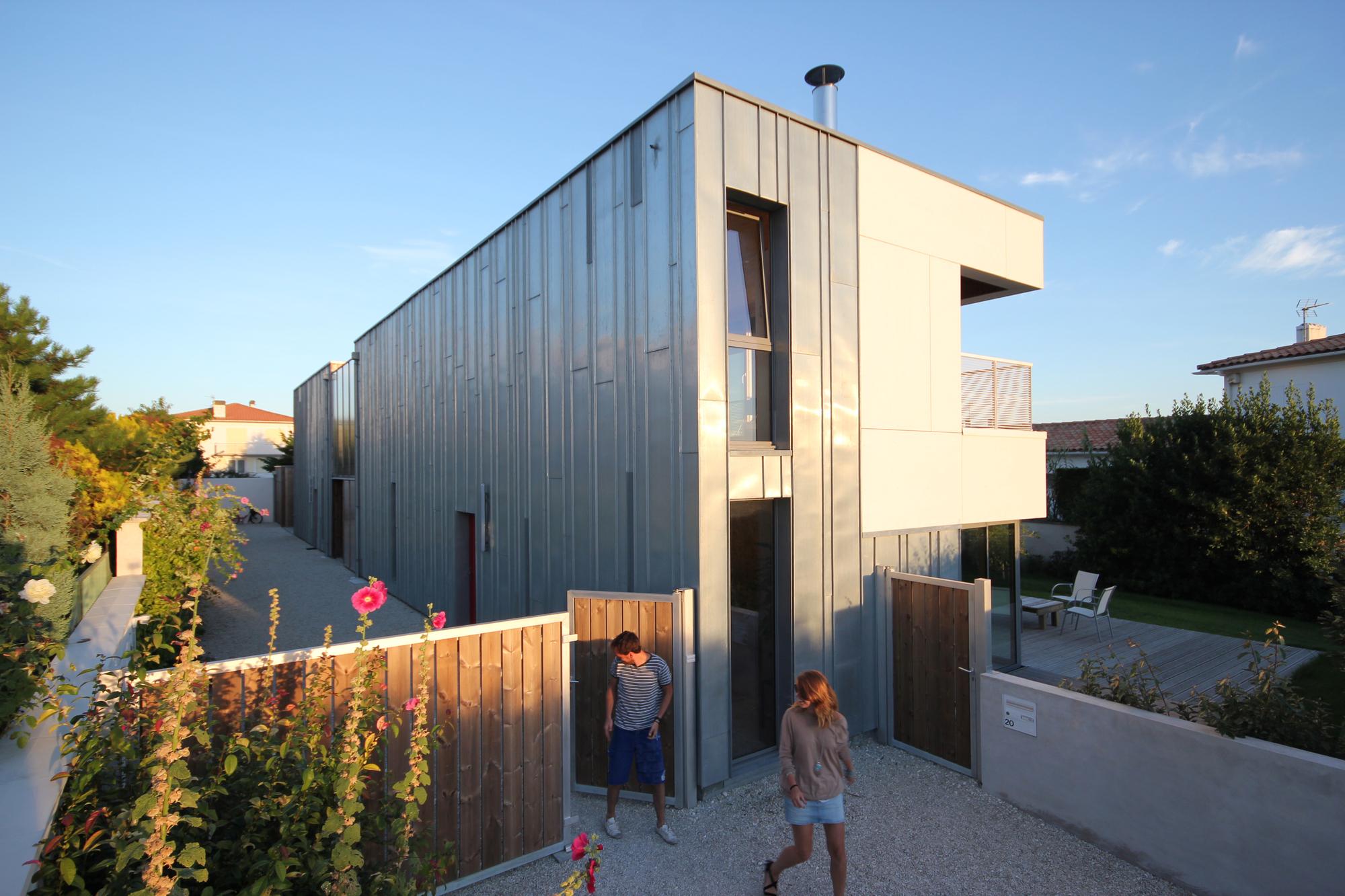 O casa moderna pentru 4 generatii franta arhipura for Casa moderna 1