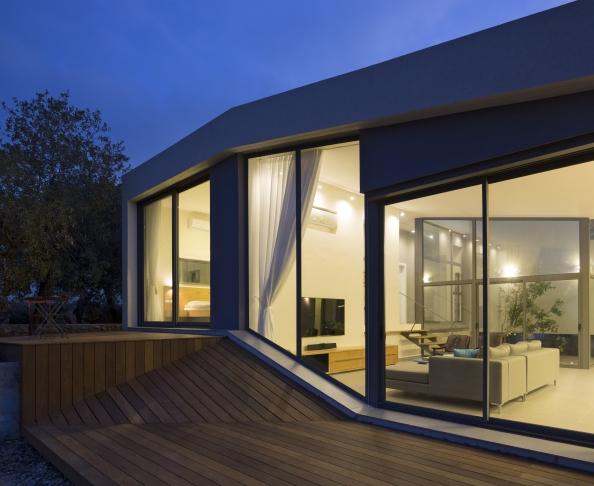 casa moderna in jurul unei curti interioare israel. Black Bedroom Furniture Sets. Home Design Ideas