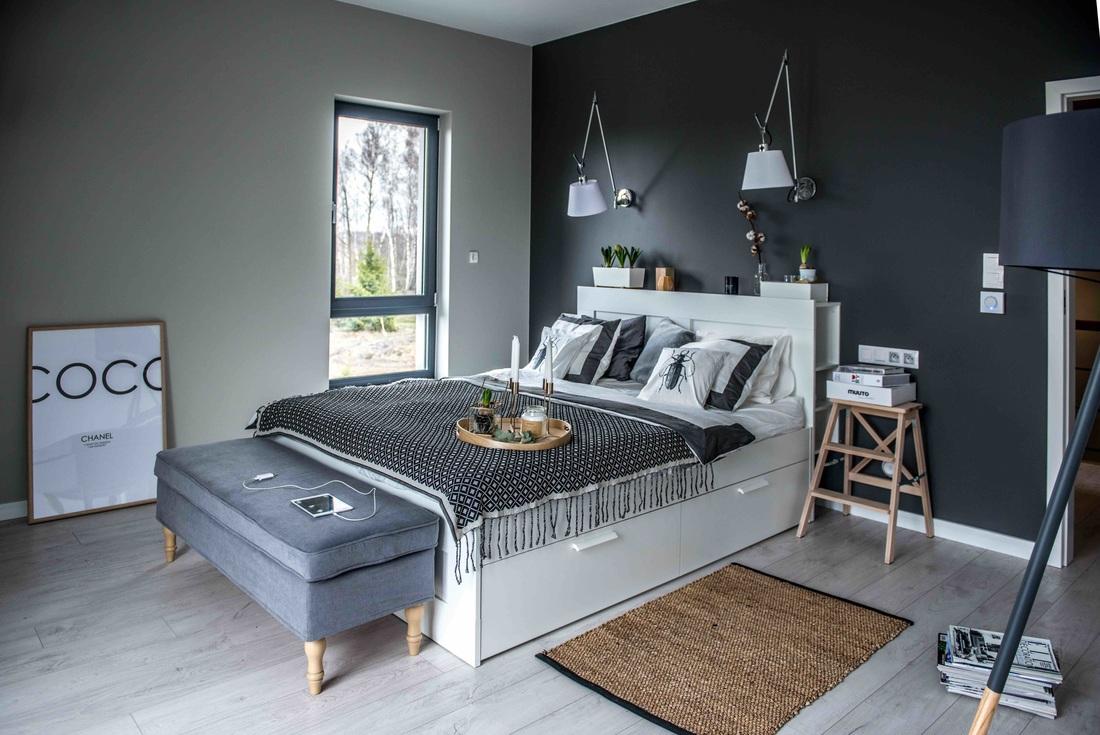 Modern, gri, minimal și cărămidă expusă într-o casă din Polonia 12