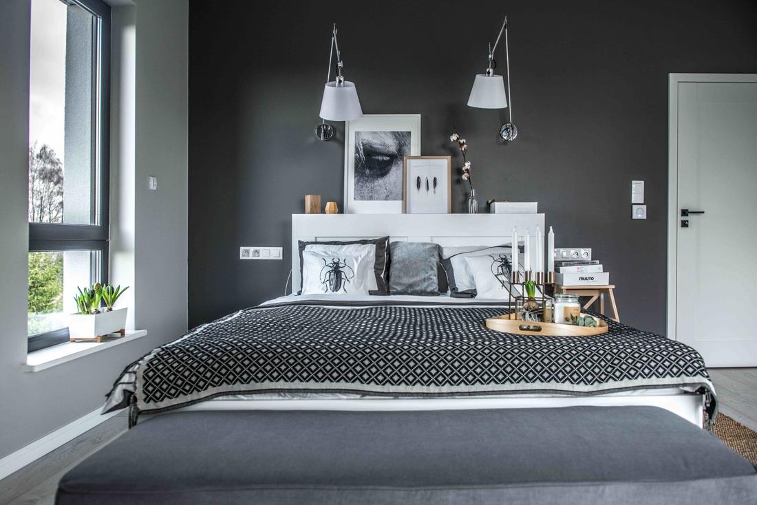 Modern, gri, minimal și cărămidă expusă într-o casă din Polonia 13 dormitor