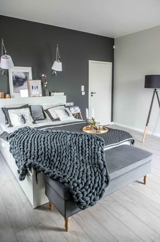 Modern, gri, minimal și cărămidă expusă într-o casă din Polonia 14