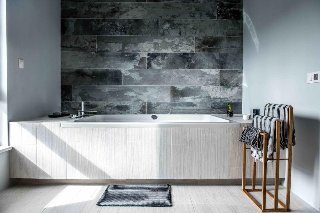 Modern, gri, minimal și cărămidă expusă într-o casă din Polonia 15