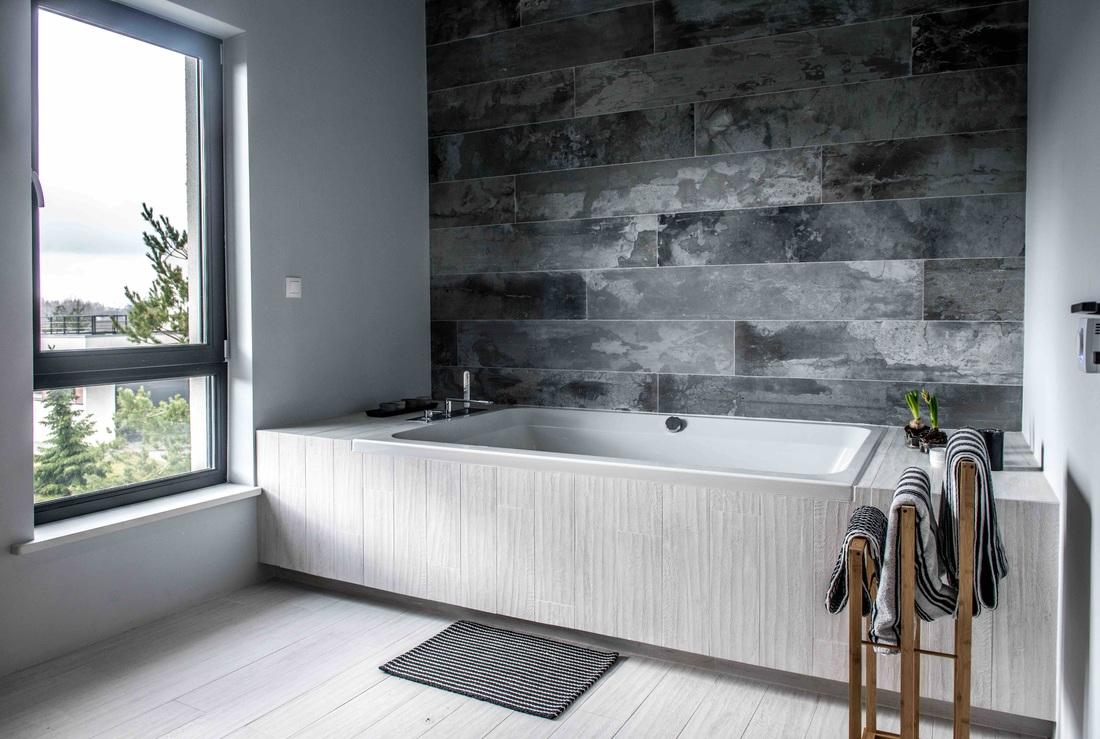 Modern, gri, minimal și cărămidă expusă într-o casă din Polonia 17