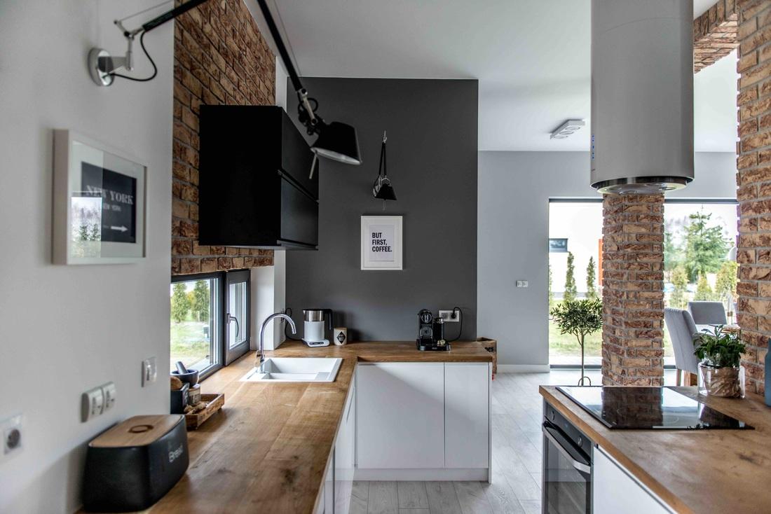 Modern, gri, minimal și cărămidă expusă într-o casă din Polonia 3_ arhipura