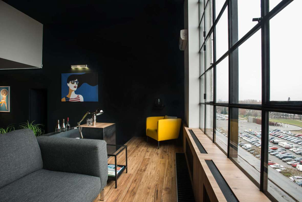 Giant-Windows-Loft-Black-Accent-Wall