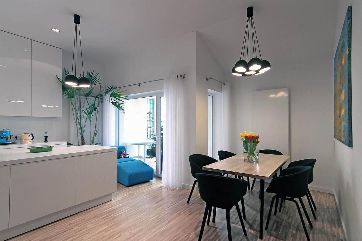 Amenajarea interioara in contrast alb-albastru a unei case moderne